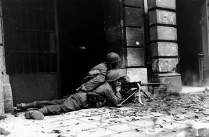 GI_machine_gun_crew_in_Aachen